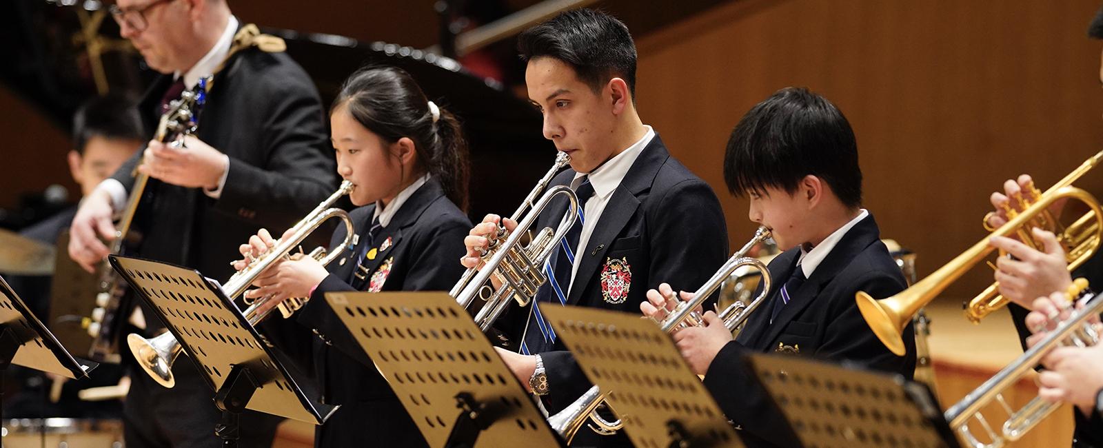 中学生在冬季音乐会上现场演奏