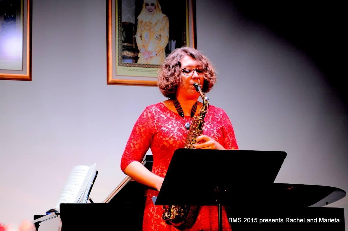 Rachel在文莱音乐协会的音乐会上表演萨克斯