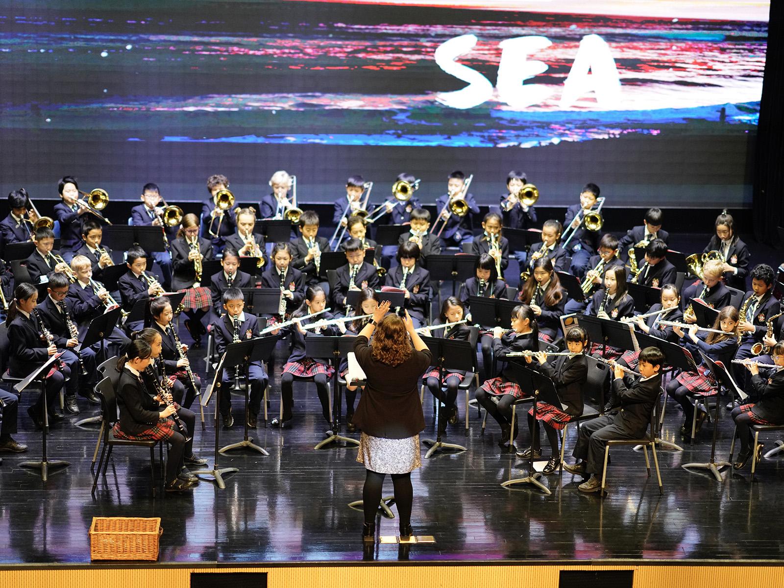 Rachel 在上海浦东德威五、六年级的乐团音乐会指挥