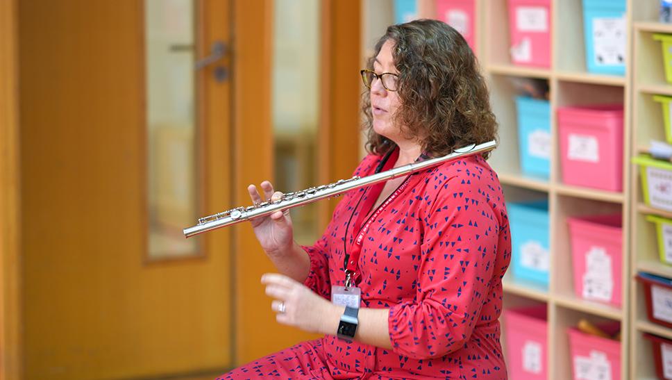 Rachel在音乐课上演示长笛的基础指法