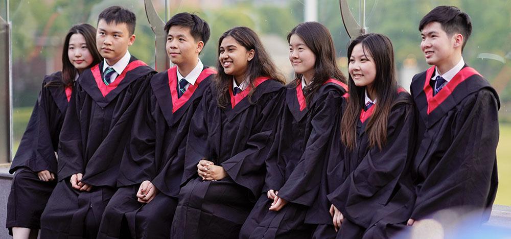 Vanessa (右数第二个)和2021届毕业生们