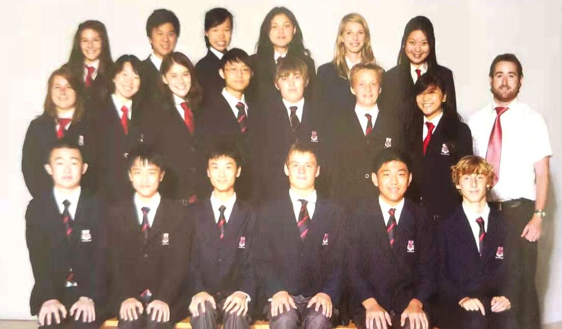 Susie在上海浦东德威11年级时的班级集体照 (第三排,左数第六位)