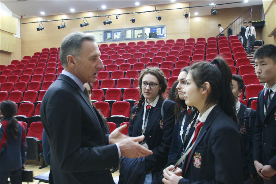 Former US Governor Peter Shumlin talking with students