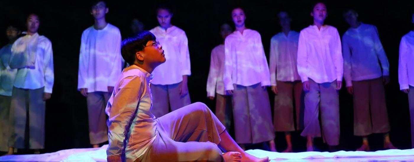 德威国际学校学生在台上演戏