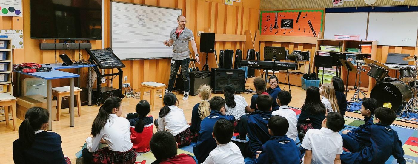 世界著名音乐制作人、作曲家Roo Pigott为各所德威国际学校的学生举办了多场歌曲创作、混音和音乐制作工作坊